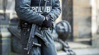 Polizist vor synagoge 31493951