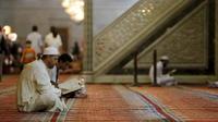 Sigi temp 33229651 men read koran inside umayyad mosque on laylat al qadr during last week of muslim fasting month of ramadan in damascus  syria