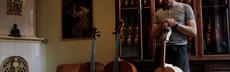 Geigenbauer stehend geigen